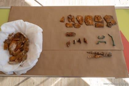Aparecen un escudo y un compás asociados a la toma de Cartagena por Escipión
