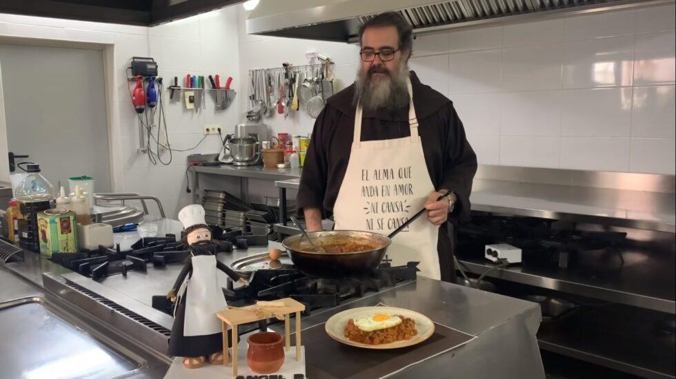 Fray Ángel en la cocina preparando un pisto manchego.