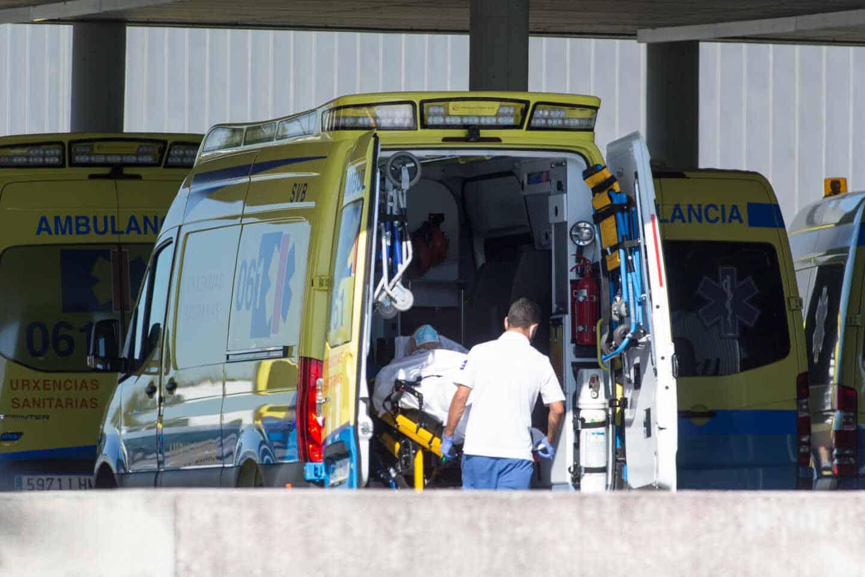Operario del servicio de urgencias gallego introduce a un paciente en la ambulancia.