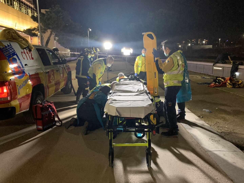 Los servicios de Emergencias Madrid atienden en el suelo al hombre herido tras caer al río Manzanares