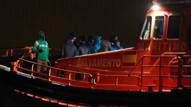 Inmigrantes, trasladados en una embarcación de Salvamento Marítimo hasta el puerto de Fuerteventura.