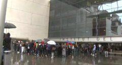 Estudiantes frente al Institut del Teatre protestando