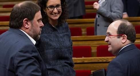 Junqueras charla con Iceta en el Parlament en presencia de Marta Rovira en una imagen de archico
