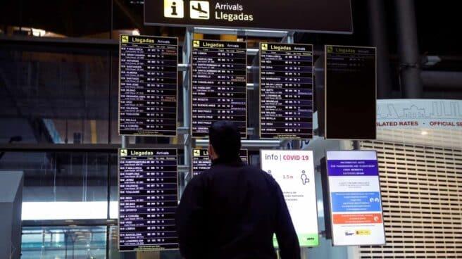 Un hombre observa los paneles de información de llegadas en el Aeropuerto Adolfo Suárez Madrid-Barajas. EFE/Emilio Naranjo/Archivo