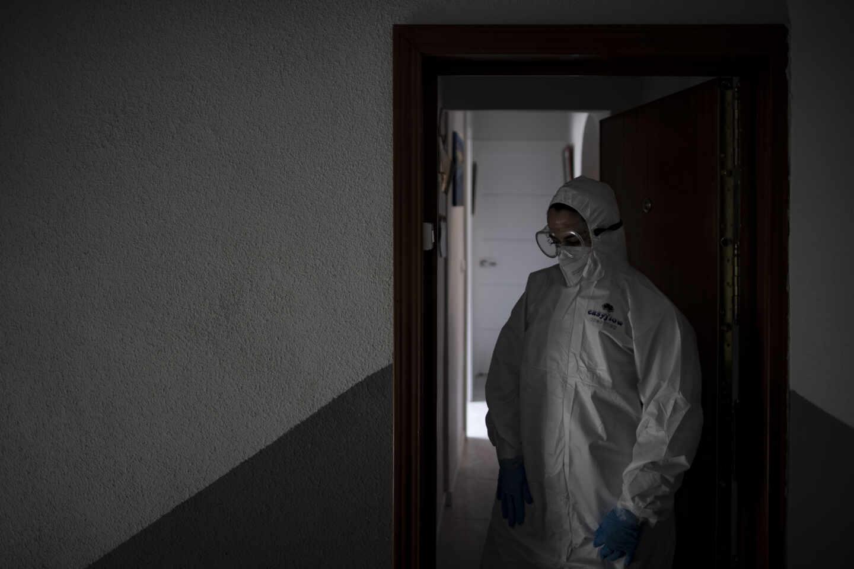 Un trabajador de una UVI móvil con la mirada perdida en domicilio en la tercera ola de la pandemia.