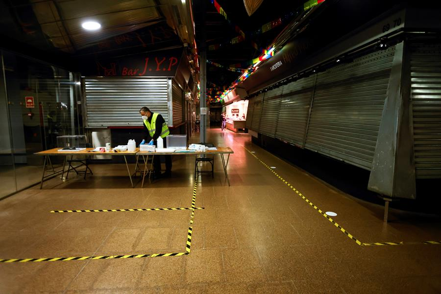 Instalación de mesas electorales en el Mercado del Ninot de Barcelona.