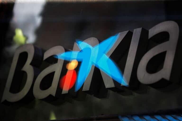 Montaje con los logotipos de Bankia y Caixabank.