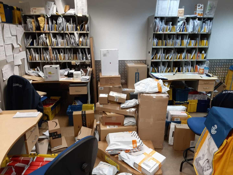 Una oficina de Correos en Cataluña abarrotada de paquetes y sobres.