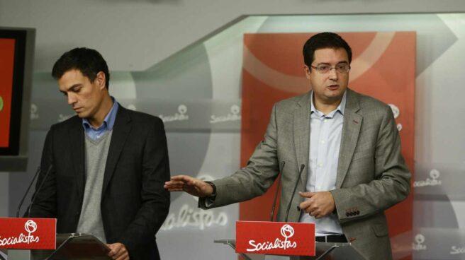Óscar López, hoy presidente de Paradores, y Pedro Sánchez en un acto del PSOE a finales de 2013.