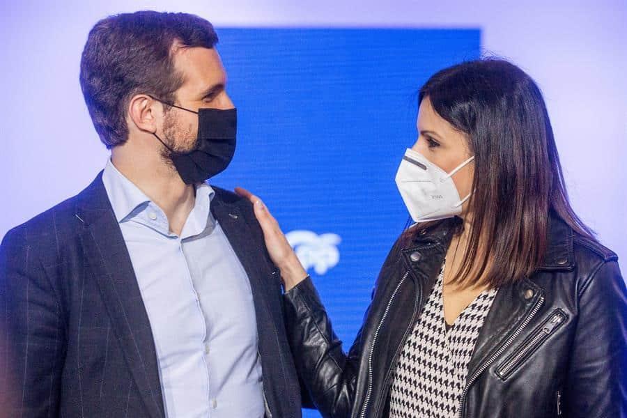 Pablo Casado y la candidata Lorena Roldán, juntos en un acto de campaña del PP.