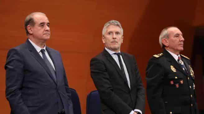 El ministro Grande-Marlaska, flanqueado por el director general y el DAO de la Policía Nacional.
