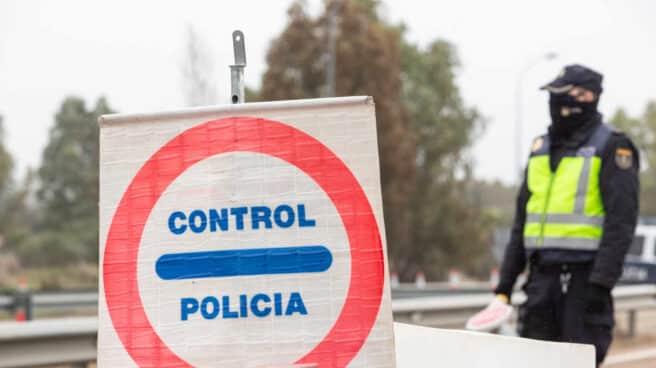 Un agente de la Policía Nacional, en un control durante la pandemia.