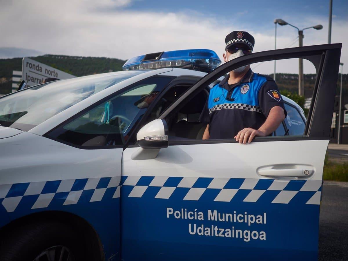 Un agente de la Policía de Pamplona en un coche patrulla