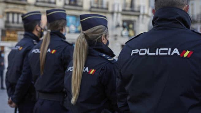 Un grupo de policías nacionales, de servicio en la Puerta del Sol de Madrid.