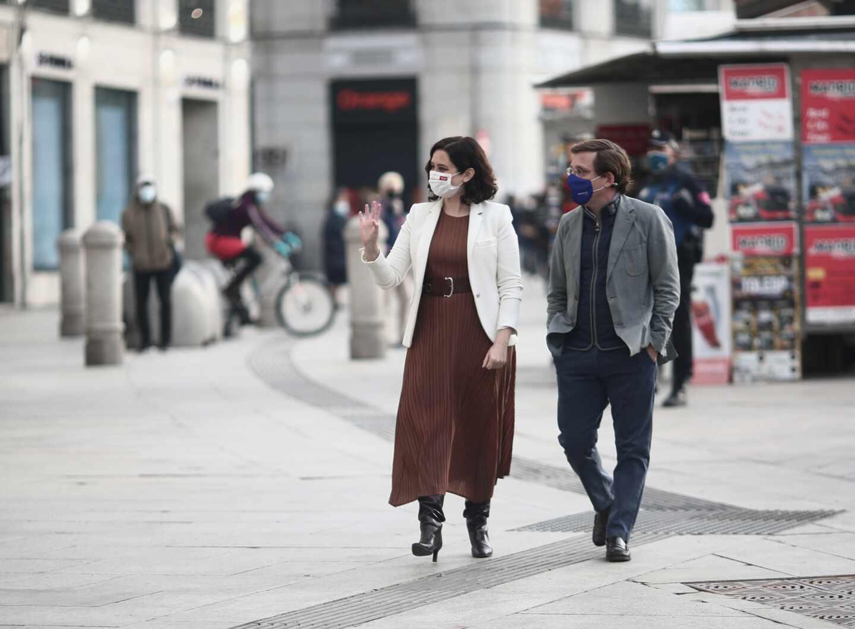 La presidenta de la Comunidad de Madrid, Isabel Díaz Ayuso, pasea con el alcalde de la capital, José Luis Martínez-Almeida