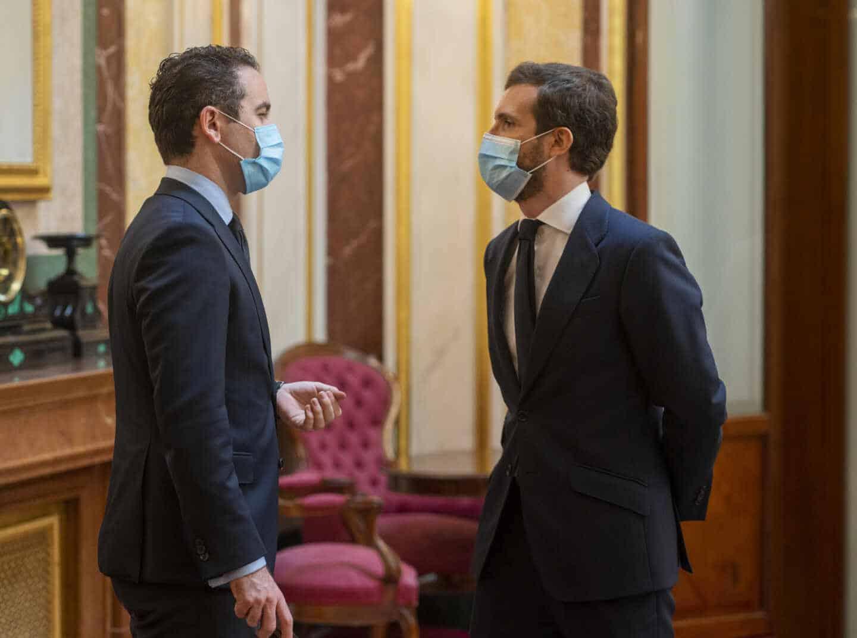 El líder del PP, Pablo Casado, conversa con el secretario general del partido, Teodoro García Egea.