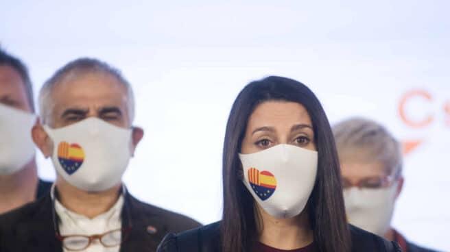 La presidenta de Ciudadanos, Inés Arrimadas, interviene en una rueda de prensa durante las elecciones del 14-F en Cataluña.