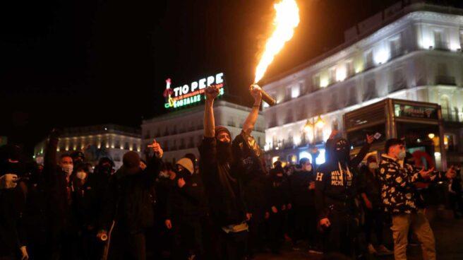 Manifestantes se enfrentan a los agentes de la policía antidisturbios durante una marcha por la detención del rapero Pablo Hasel, que ayer ingresó en prisión, condenado por delitos de enaltecimiento del terrorismo e injurias a la Corona, este miércoles en la madrileña Plaza de Sol.