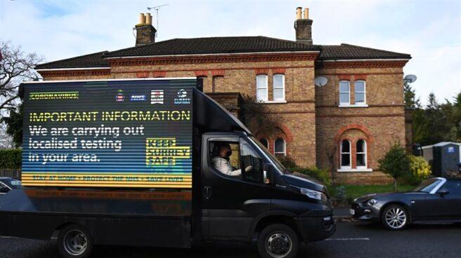 Una furgoneta realiza tests puerta a puerta en Reino Unido.