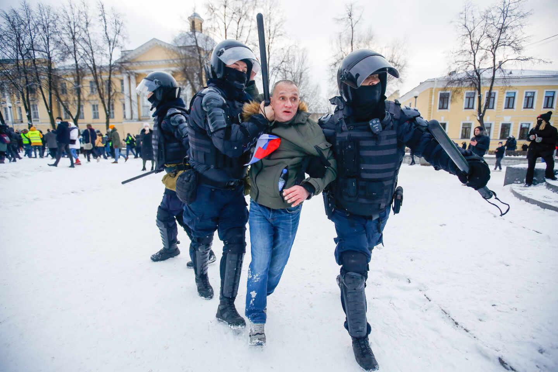 Policías detienen en San Petersburgo a un manifestante favorable al opositor Navalni.