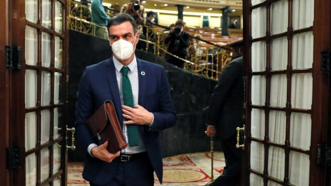 El presidente del Gobierno, Pedro Sánchez, saliendo del hemiciclo del Congreso de los Diputados.