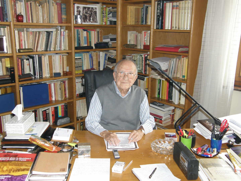Santiago Carrillo, en el despacho de su casa en una de sus últimas entrevistas antes de fallecer.