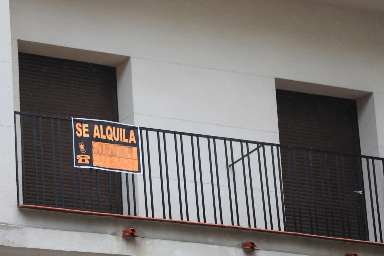 Cartel en una terraza que anuncia el alquiler de una casa.