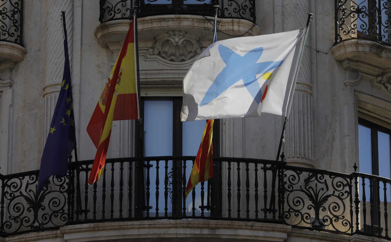 Banderas de Caixabank, España y de la Unión Europea en la sede de la entidad bancaria