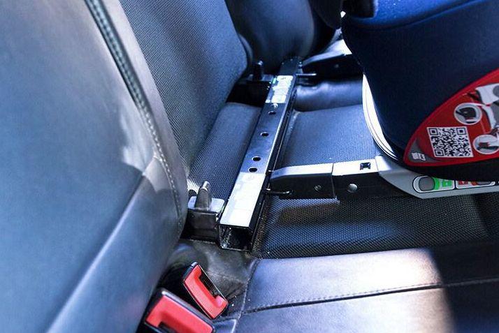 Barra metálica sobre la que se instala la silla para niños