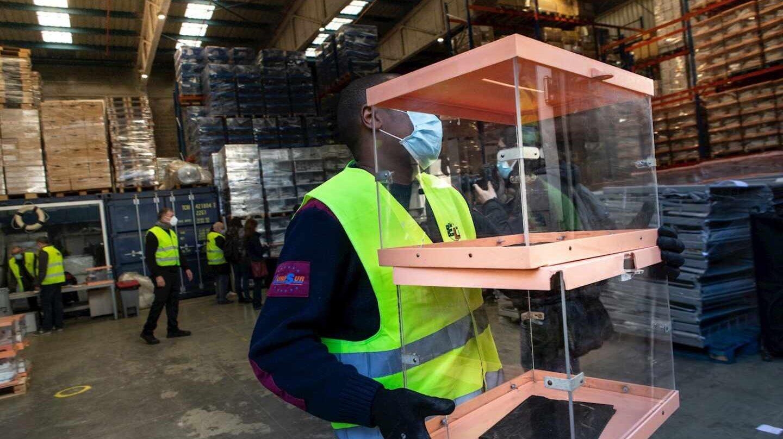 Operarios de los Talleres Municipales del Ayuntamiento de Barcelona trabajan en el almacén donde se guarda el material electoral que se usará en las elecciones catalanas del 14 de febrero y ha comenzado a distribuirse a los colegios electorales.