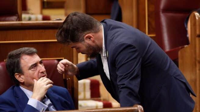 Aitor Esteban y Gabriel Rufián charlan en el Congreso
