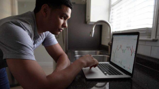 Un trader mira las cotizaciones de empresas