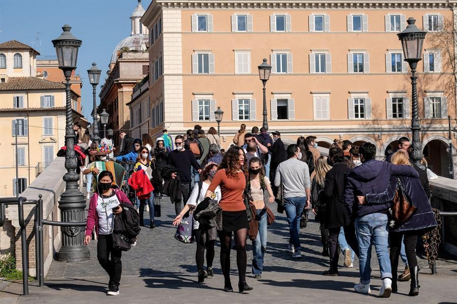 Transeúntes en el barrio del Trastevere, en Roma.