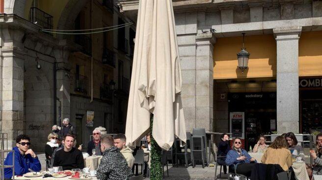 Varios turistas en la Plaza Mayor de Madrid.
