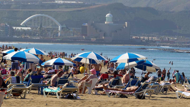 Cientos de personas en la playa de Las Canteras, en Las Palmas de Gran Canaria, en enero de 2020.