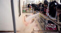 Concentrados en apoyo a Pablo Hasel vacían extintores ante los Mossos en la Universidad de Lleida.