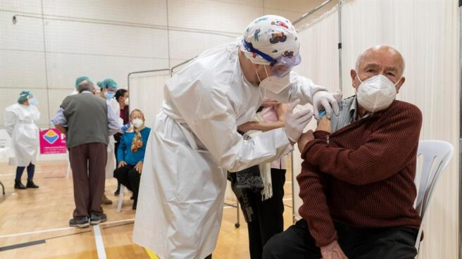 Un anciano recibe la vacuna contra el coronavirus en Murcia.