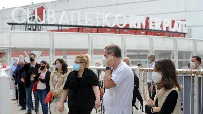 Ciudadanos hacen cola ante el Estadio Monumental de Buenos Aires, hogar de River Plate, para recibir la vacuna contra el coronavirus.