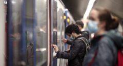 Pasajeros en un andén del metro de Oporto, Madrid (España), a 17 de noviembre de 2020.