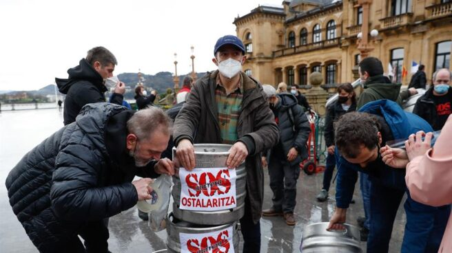 Hosteleros vascos protestan por el cierre de sus negocios.