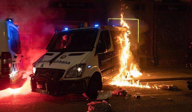 Vuelve la violencia al centro de Barcelona: fuego, disturbios y saqueos