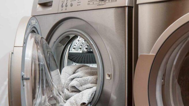 Ropa en la lavadora de una lavandería.