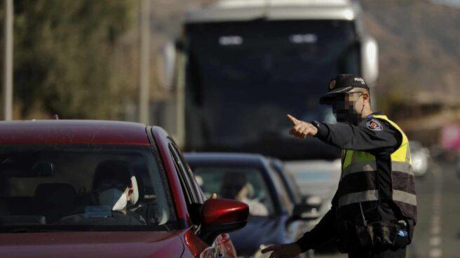 Un policía realizando un control policial de movilidad