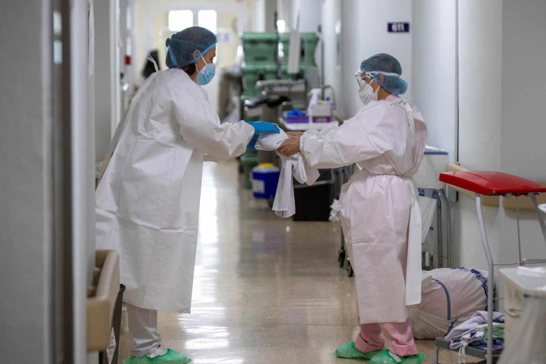 Personal sanitario protegido con EPIs en la planta covid del Hospital Universitario de Álava -Txagorritxu.