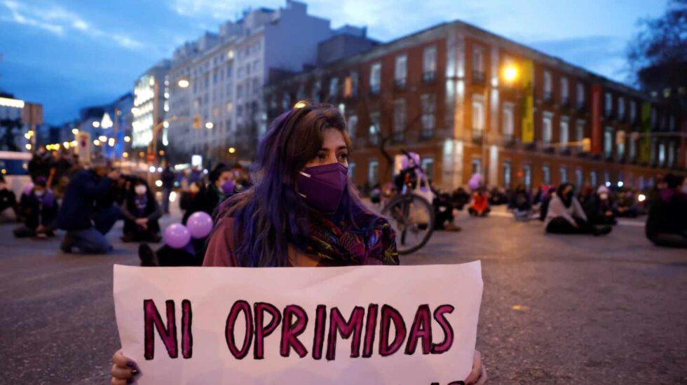 Asistentes a una sentada improvisada en la plaza de Neptuno de Madrid con motivo de la celebración del Día Internacional de la Mujer.