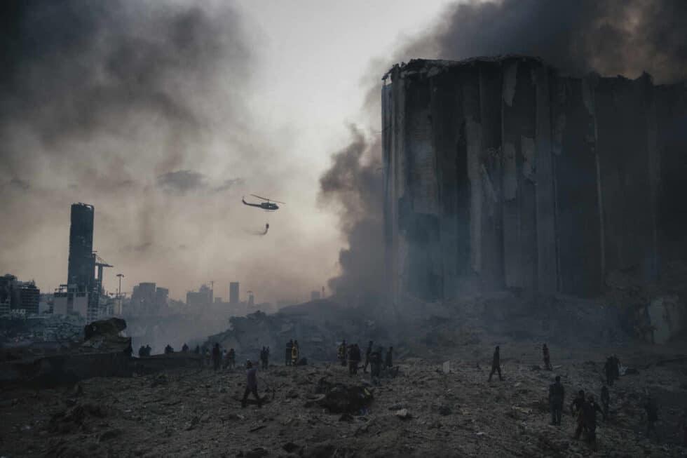 un helicoptero sobre vuela la zona de la explosión en Beiru