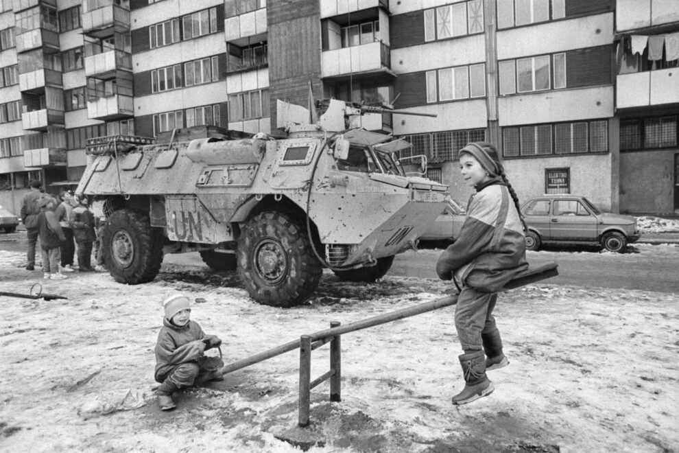Selma y Alma juegan en los columpios bajo al casa de su abuela durante la guerra de Bosnia..