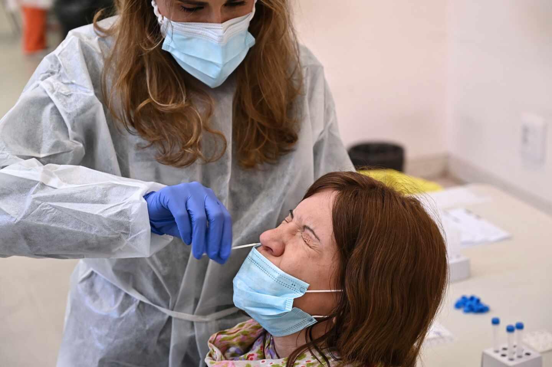 Una sanitaria realiza un test de antígenos en Alcalá de Henares