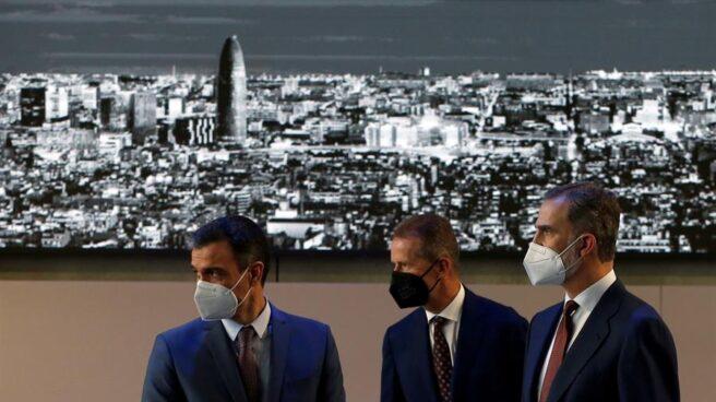 El rey Felipe VI junto al presidente del Gobierno, Pedro Sánchez (i), y el presidente del Grupo Volkswagen, Herbert Diess (c), durante la visita que realizan este viernes a la fábrica de SEAT en Martorell