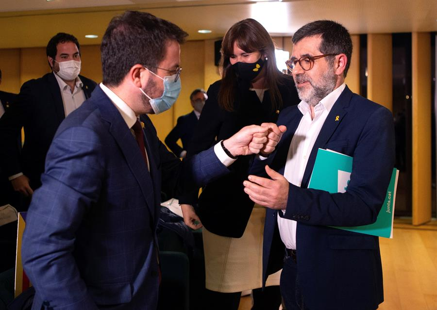 Jordi Sánchez y Pere Aragonés se saludan minutos antes de la conferencia del número dos de JxCat